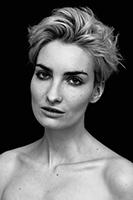 Pure heißt diese Fotoserie von Fashion und Beauty Fotograf Michael Miklas, in der er das Model Anika Scheibe unretuschiert in meisterlicher Schwarz-Weiß-Fotografie zeigt. Persönlichkeit, Schönheit, Natürlichkeit – Beauty Fotografie von Michael Miklas.