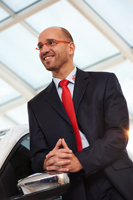 Business Portrait. Dieses Mitarbeiterportrait entstand in einem Autohaus in Bayreuth. Schöne Lichtstimmung. Freundlich, sympathisch, modern