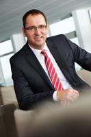 Michael Miklas, Business Fotograf für High End Businessfotografie im Raum Hamburg und Hannover, portraitiert einen Geschäftsführer Autohaus in Bayreuth. Business Foto für VW