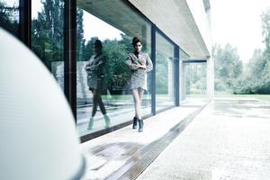 Michael Miklas, Modefotograf Deutschland, und mehrfach vertreten in - Blickfang. Deutschlands beste Fotografen. - präsentiert neue Arbeiten, die on Location mit einem brasilianischen Model entstanden sind. Fashion Fotografie gekonnt im Raum in Szene setzt