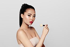 Beauty Fotograf Michael Miklas zeigt Fotos für die Kosmetik- und Make-up-Werbung. Professionelle Beauty Fotografie für den internationalem Markt mit asiatischen, deutschen und afroamerikanischen Models. Beauty Fotografie, schön und international.