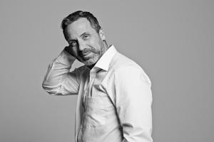 Business Fotograf Michael Miklas präsentiert eine kleine Serie von reduzierten hochwertigen Business Portraits, die im Fotostudio entstanden sind. Zeitgemäße Businessfotografie ab Hamburg und Hannover, die durch ihre moderne ungekünstelte Art überzeugt
