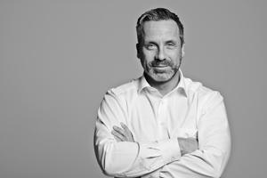 Business Portraits sind eine besondere Spate der Businessfotografie. Ab Hannover und Hamburg portraitiert Michael Miklas Unternehmer, Manager, Mitarbeiter und Start ups. Der Bildlook wird immer ganz individuell gewählt