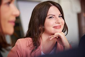 Businessfotografie in Unternehmen und Firmen. People Fotografie im Betrieb, die freundlich, modern und authentisch rüber kommt. 100% professionelle Arbeit von einem ausgezeichneten Berufsfotografen.