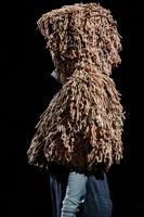 Ein besonders Outfit in einem reduziertem Fashionfoto eindrucksvoll dokumentiert