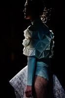 Emotionale Fashion Fotografie eingefangen mit wenig Licht