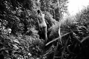 Michael Miklas, professioneller Beauty und Fashion Fotograf aus Hannover, zeigt eine freie Strecke die in der Natur entstanden ist und einen eher malerisch künstlerischen Charakter besitzt.