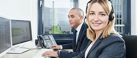 Corporate- & Businessfotografie Hannover und Hamburg / Fotograf Michael Miklas / Kunde VHV / Motiv zweier Mitarbeiter am Computer. Trotz des strengen Aufbaus wirkt die Szene sympathisch freundlich, einen besonderen Part spielte hierbei das gekonnt eingese