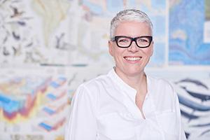 Porträt Geschäftsführung. Geschäftsführerin  Eva Jung in ihrem Hamburger Office. Modernes Businessportrait von MICHAEL MIKLAS PHOTOGRAPHY im Brand eins Stil / Brand 1 Style