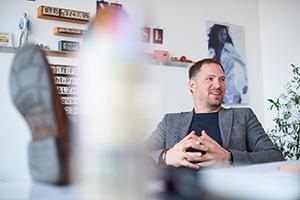 People & Lifestyle Fotografie, die für die Gobasil GmbH on Location in Hamburg und Hannover entstanden ist. Die Bilder wirken sympathisch, modern und natürlich, die Farbgebung der Bilder ist hell und freundlich und das Posing alles andere als verkrampft –