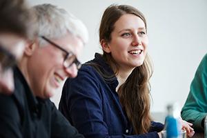 Fotoshooting Business: Corporate und Business Fotograf Michael Miklas fotografiert Mitarbeiter in der Agentur während eines Strategie Meetings in Hamburg